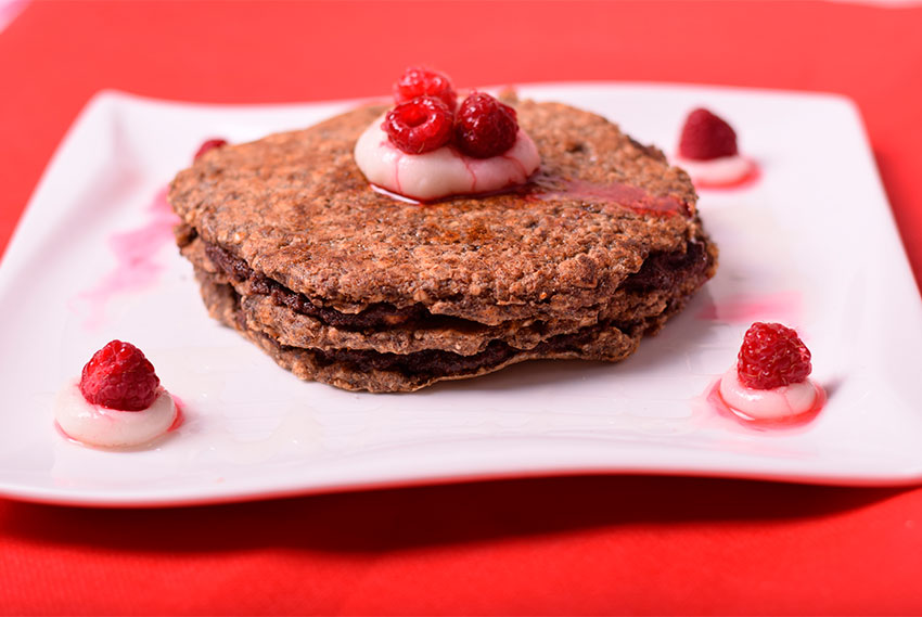 Carob-Pancakes mit roten Früchten