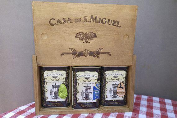 Schatzkiste mit drei wertvollen Olivenölen